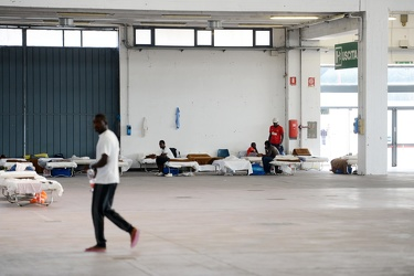 Genova, fiera, padiglione C - i migranti ospitati in via tempora